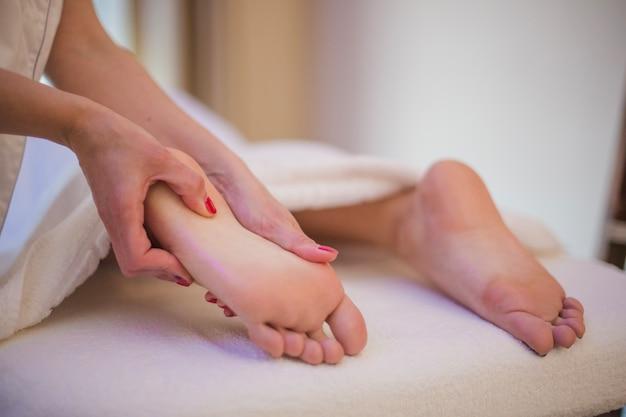 Mulher recebendo massagem de pés