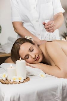 Mulher, recebendo, massagem, em, centro spa