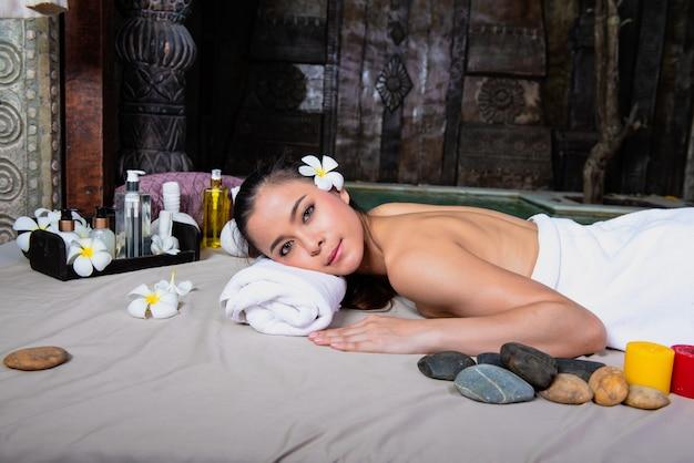 Mulher, recebendo, massagem, em, spa, meio ambiente, tradicional, oriental, aroma, terapia, e, tratamentos beleza