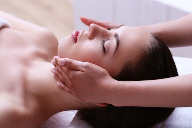 Mulher recebendo massagem em um centro de spa