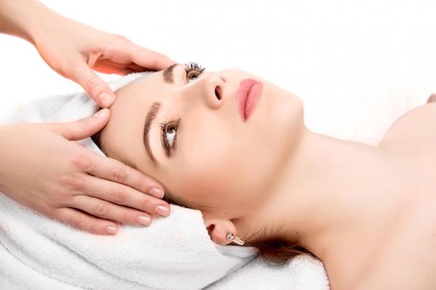 Mulher recebendo massagem na cabeça no spa
