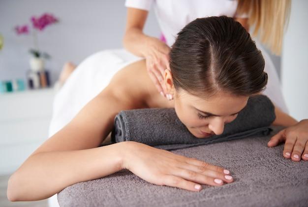 Mulher recebendo massagem no spa