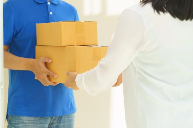 Mulher, recebendo, pacote, entrega, homem