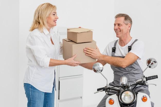 Mulher, recebendo, pacotes