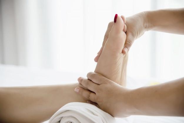 Mulher, recebendo, pé, massagem, serviço, de, masseuse, cima, em, mão, e, pé, -, relaxe, em, pé, massagem, terapia, serviço, conceito