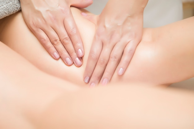 Mulher, recebendo, perna, massagem, em, centro spa