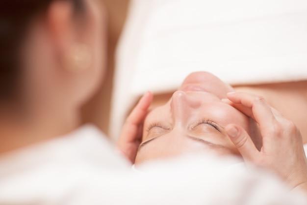 Mulher, recebendo, profissional, facial, massagem