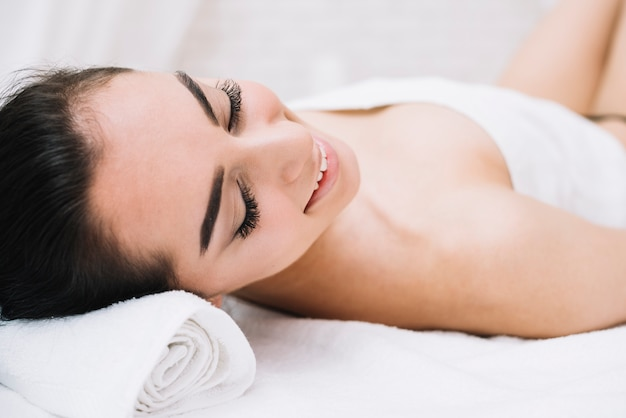 Mulher, recebendo, relaxante, facial, massagem