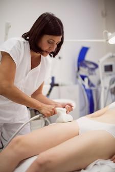 Mulher recebendo terapia anticelulite e anti-gordura