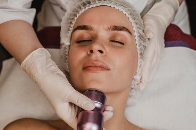 Mulher recebendo tratamento cosmético