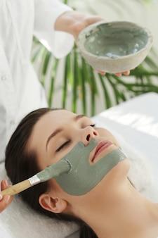 Mulher recebendo tratamento de beleza para cuidados com a pele