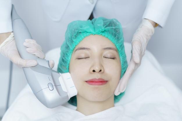 Mulher, recebendo tratamento de spa hifu, garota recebendo ultra antigo rosto de massagem. tratamento antienvelhecimento e conceito de cirurgia plástica.