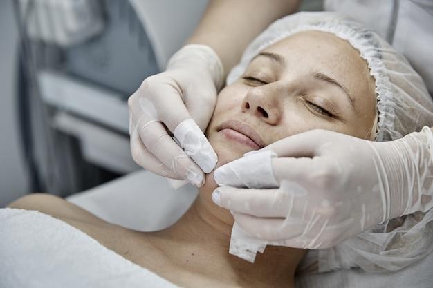 Mulher recebendo tratamento de spa