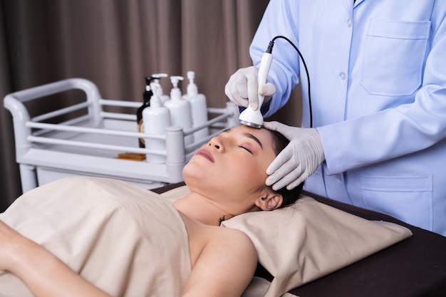 Mulher, recebendo, ultra-som, facial, beleza, tratamento, pele, cuidado