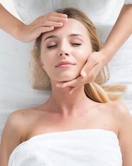 Mulher, recebendo, um, facial, massagem, em, um, spa