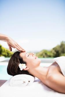 Mulher, recebendo, um, massagem cabeça, de, massagista, em, um, spa