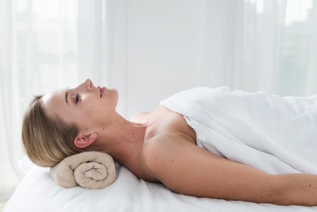 Mulher, recebendo, um, massagem, em, um, spa