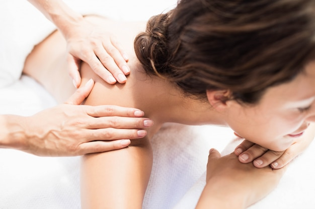 Mulher, recebendo, um, massagem traseira, de, massagista, em, um, spa