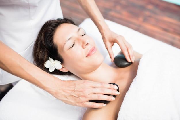 Mulher, recebendo, um, pedra quente, massagem, de, massagista, em, um, spa