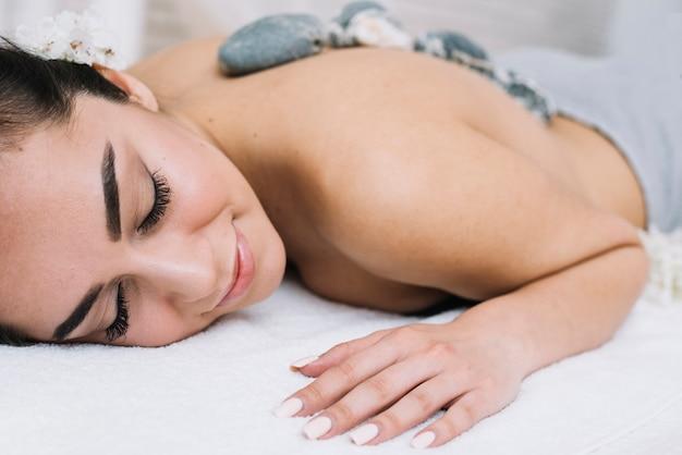 Mulher, recebendo, um, relaxante, massagem, em, um, spa