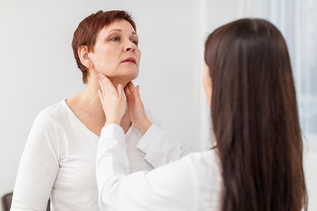 Mulher recebendo uma consulta médica
