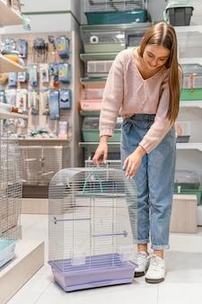 Mulher recebendo uma gaiola para seu animal de estimação