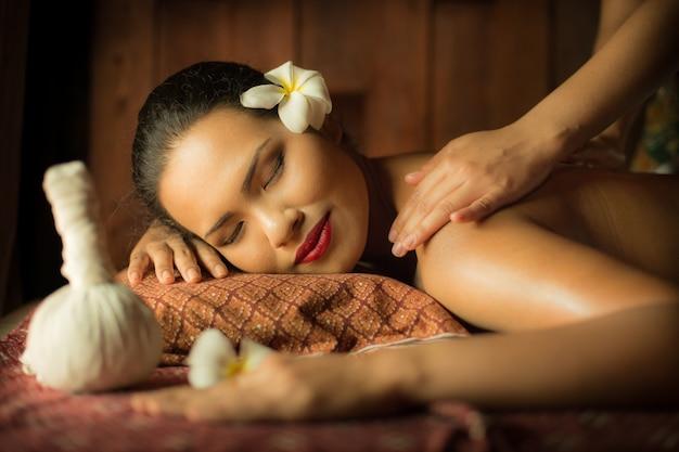 Mulher recebendo uma massagem de uma outra pessoa