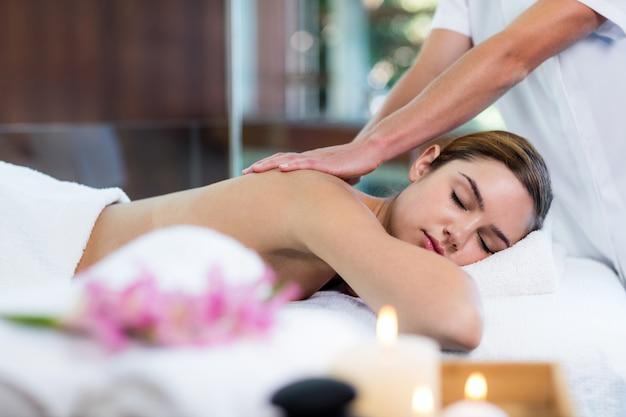 Mulher recebendo uma massagem nas costas