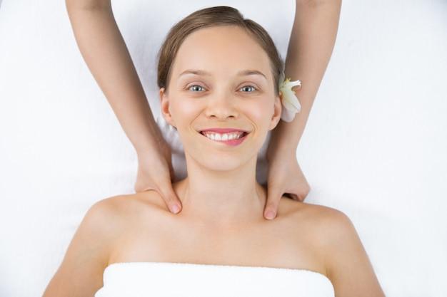 Mulher recebendo uma massagem nos ombros visto de cima