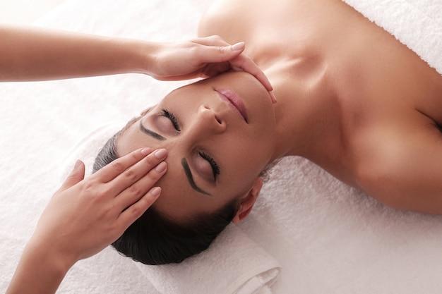 Mulher recebendo uma massagem relaxante no spa