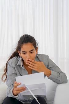Mulher recebeu uma carta ruim uvolnenii. uma garota agitada sem alegria.