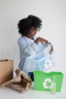 Mulher reciclando para um ambiente melhor