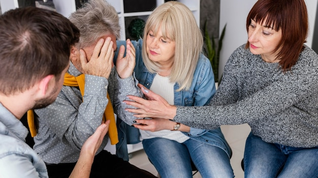 Mulher reconfortante de terapia de grupo