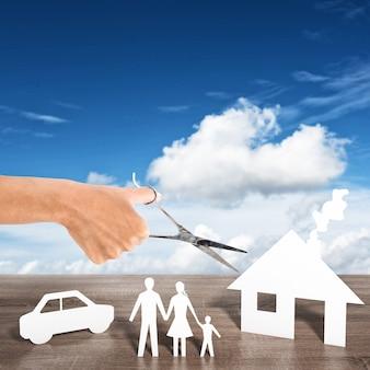 Mulher recortando silhuetas de uma casa e um carro para a família
