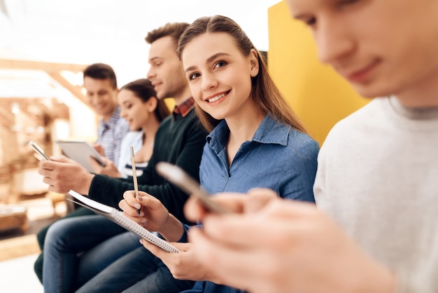 Mulher registra resultados de explorar aplicativos móveis.