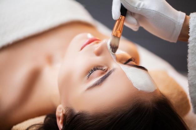 Mulher relaxa durante tratamentos de spa no salão de beleza