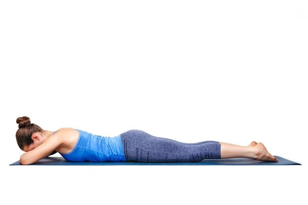 Mulher relaxa no yoga asana makarasana