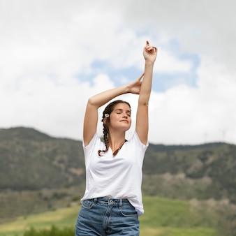 Mulher relaxada ao ar livre com tiro médio