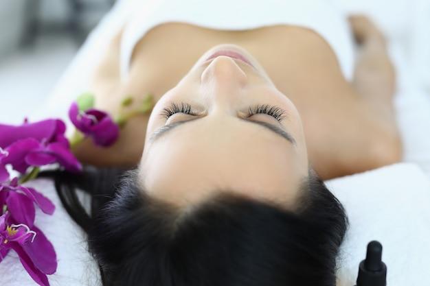 Mulher relaxada após massagem no salão de beleza closeup