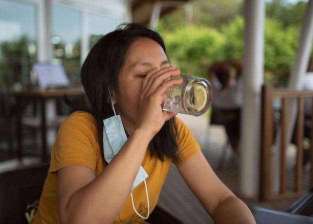Mulher relaxada bebendo bebida refrescante