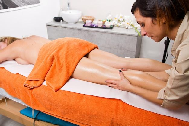 Mulher relaxada com uma massagem em um centro de beleza