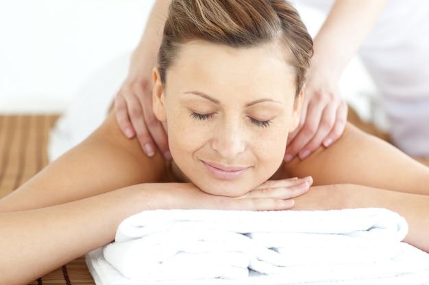 Mulher relaxada, desfrutando de uma massagem nas costas
