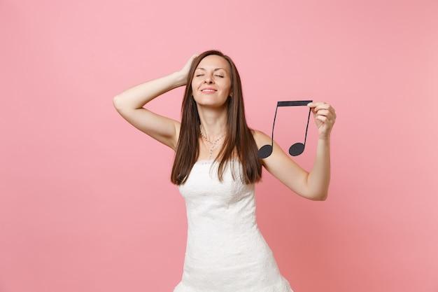 Mulher relaxada em um vestido branco com a mão na cabeça segurando uma nota musical, escolhendo músicos ou dj