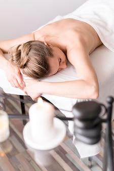 Mulher relaxada na mesa de massagem