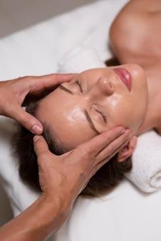 Mulher relaxada recebendo massagem de perto