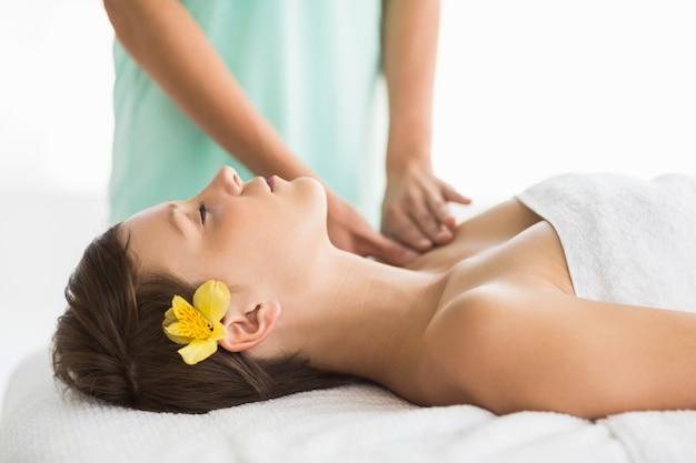 Mulher relaxada, recebendo massagem