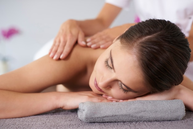Mulher relaxando durante a massagem