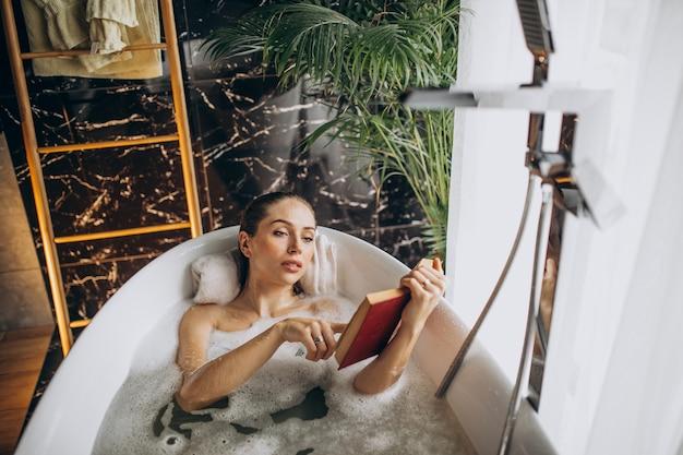 Mulher relaxando na banheira com bolhas