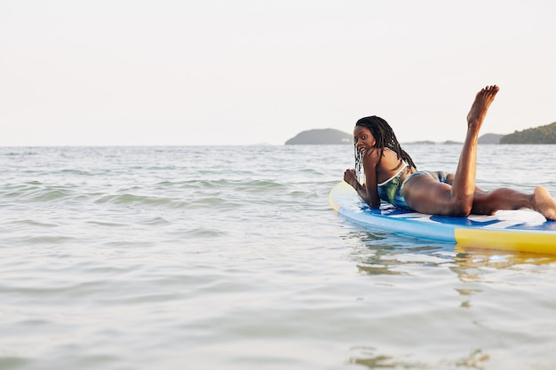 Mulher relaxando na prancha flutuante