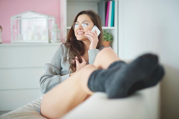 Mulher relaxando no interior de casa